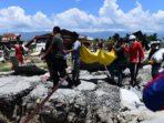 Warga mengevakuasi korban meninggal akibat gempa Palu di Perumnas Balaroa